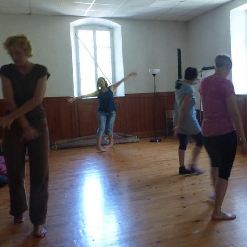 danse thérapie en salle sur parquet en bois