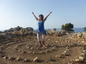 stage-developpement-personnel-crete femme au milieu d 'un cercle de pierres